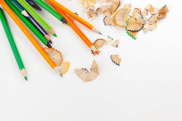 Crayons pointus avec rasage au crayon isolé sur blanc