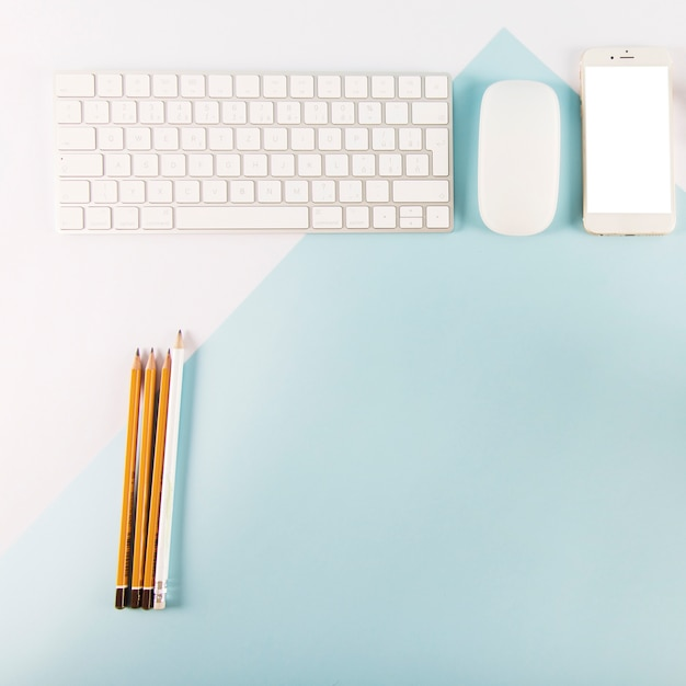 Crayons près des appareils numériques
