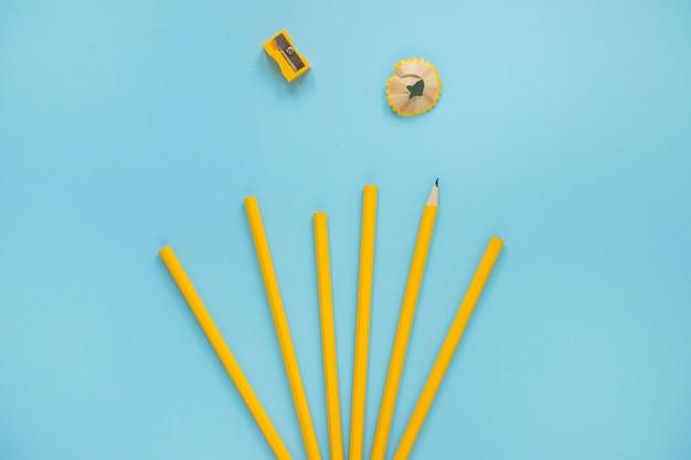 Crayons près du taille-crayon et du rasoir