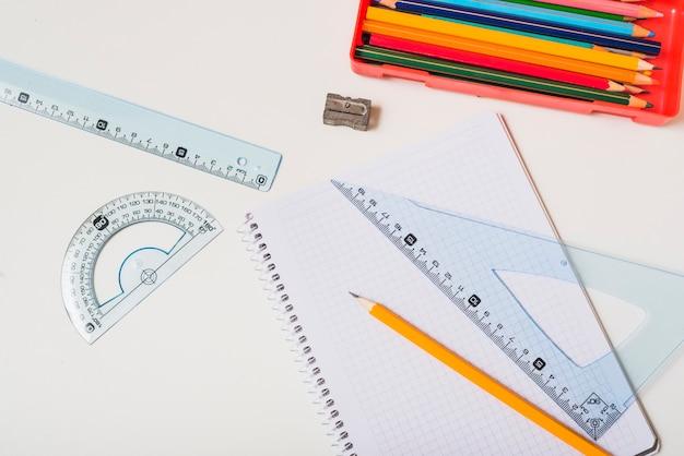 Crayons près de fournitures de mathématiques