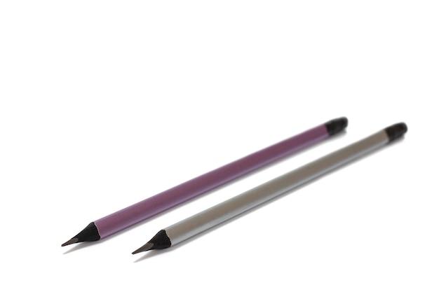 Crayons simples gris sur fond isolé blanc.