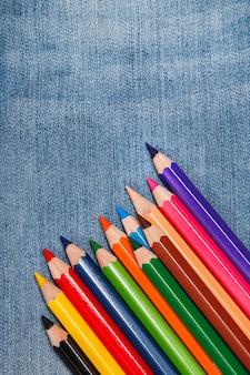 Crayons sur la surface du jean