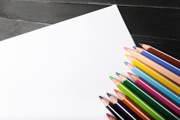 Crayons sur une table en bois