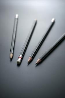 Crayons sur tableau noir, focus, à, gomme crayon