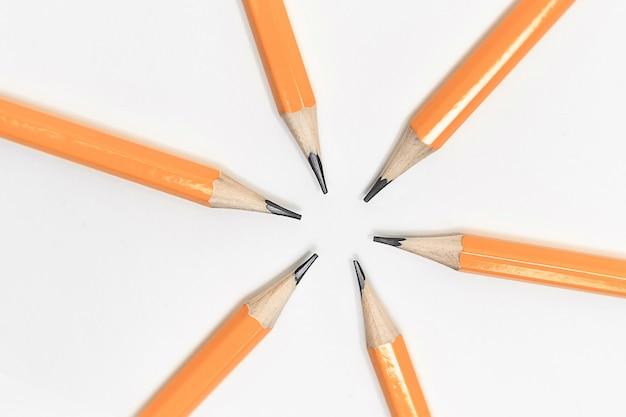 Crayons taillés simples pliés en cercle. photo avec un espace de copie.