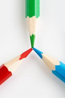 Crayons triangle coloré en forme pour dessiner une vue de dessus sur le mur blanc
