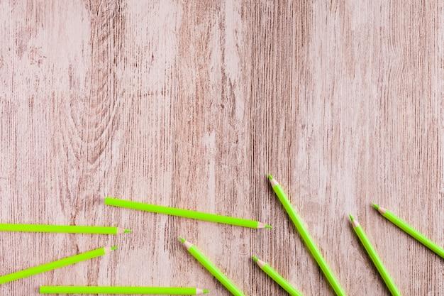 Crayons verts sur une surface en bois