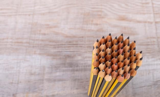 Crayons vus d'en haut formant un cercle avec vintage fond en bois
