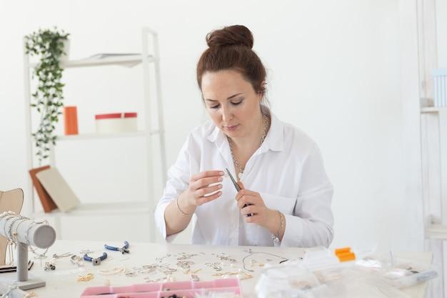 Créateur de bijoux professionnel fabriquant des bijoux faits à la main en atelier de mode
