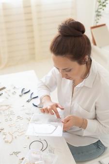 Créateur de bijoux professionnel fabriquant des bijoux faits à la main dans un atelier de création de mode et