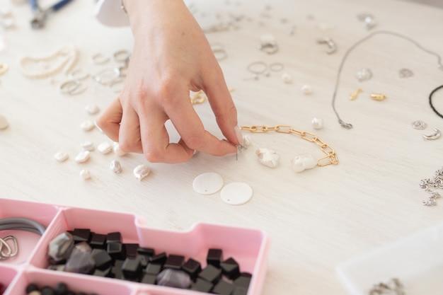 Créateur de bijoux professionnel fabriquant des bijoux faits à la main dans un atelier de studio en gros plan créativité