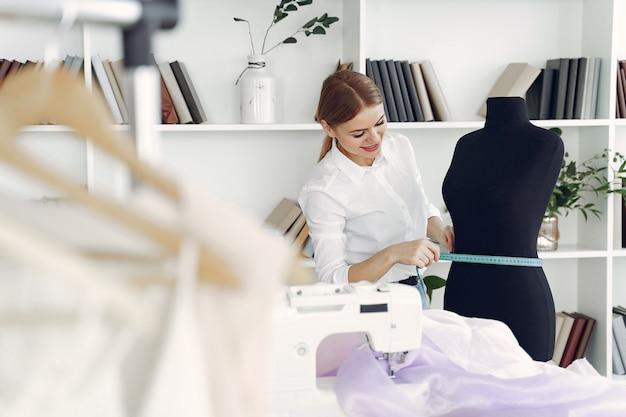 Le créateur crée des vêtements en studio