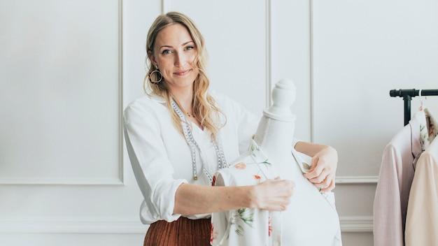 Créateur de mode à l'aide d'un mannequin pinnable