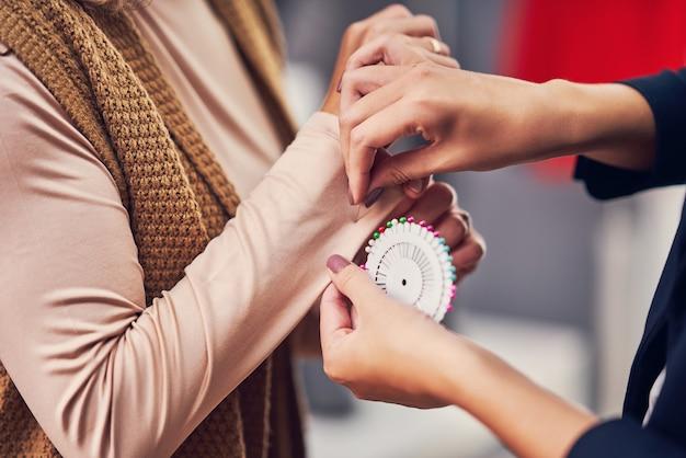 Créateur de mode assistant le client dans une boutique de vêtements