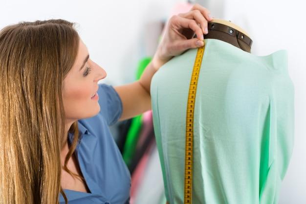 Créateur de mode ou tailleur travaillant en studio