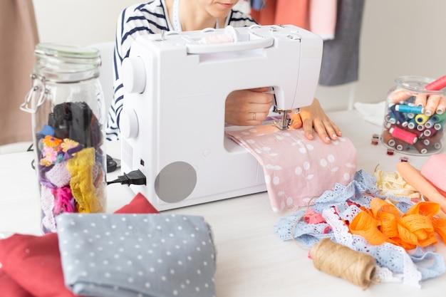Créateur de vêtements, couturière, concept de personnes - travail de créateur de vêtements