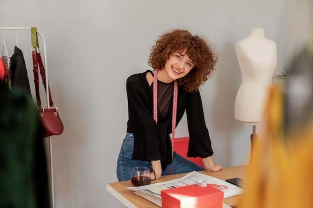 Créateur de vêtements travaillant au magasin