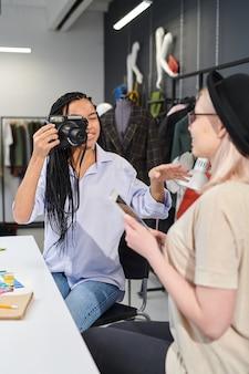 Des créateurs créent un blog sur la mode