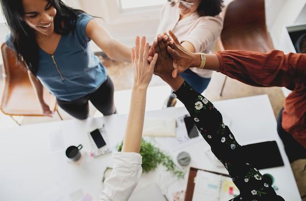 Des créateurs de mode heureux faisant un high five