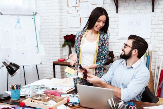 Les créateurs de mode de personnes à la recherche de rubans de couleur