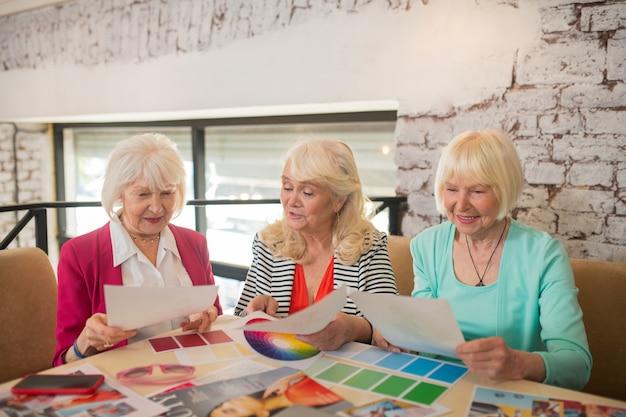 Créateurs de mode. trois créateurs de mode discutant d'un nouveau projet