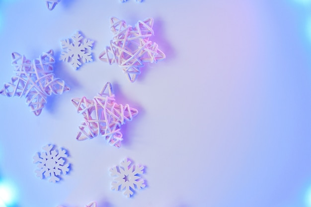 Créatif noël étoiles blanches et décoration de flocons de neige sur violet néon