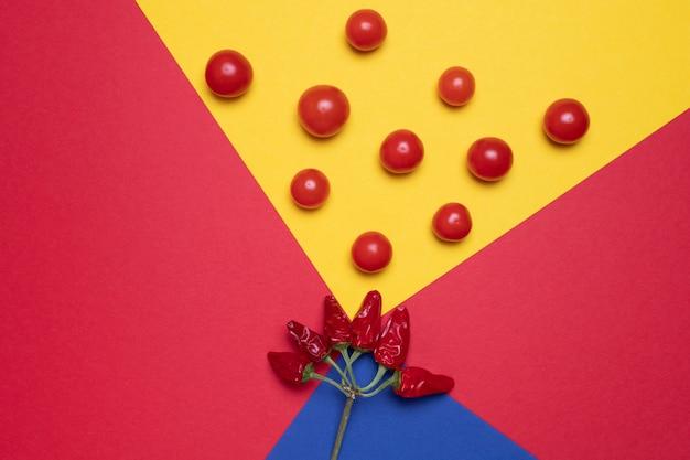 Créatif de tomates colorées et de piment pour la conception, aliments créatifs.