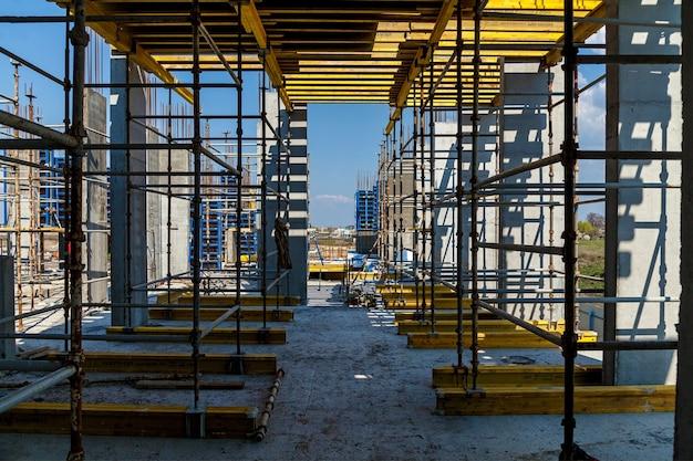 La création de la base des immeubles de grande hauteur à l'aide de colonnes spéciales colonnes en béton