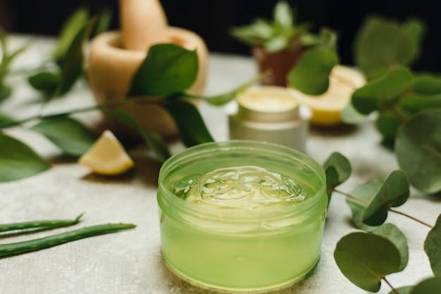 Création de cosmétiques naturels à partir de plantes.