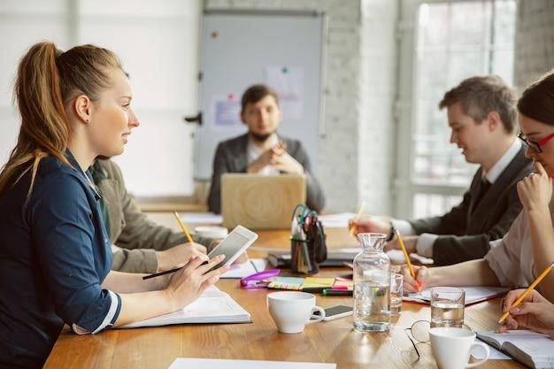 Création de décision groupe de jeunes professionnels ayant une réunion groupe diversifié