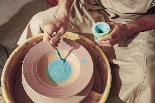 Création d'un pot ou d'un vase d'argile blanche en gros plan