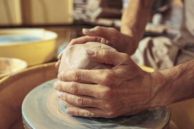 Création d'un pot ou d'un vase d'argile blanche en gros plan.