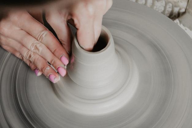 Création d'un pot ou d'un vase d'argile blanche