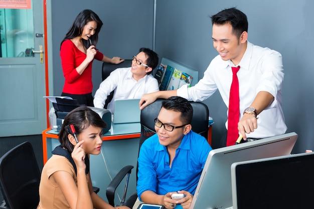 Creative business asia, réunion d'équipe au bureau