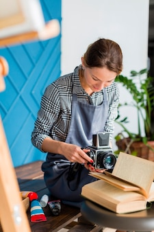 Creative femme tenant un appareil photo rétro