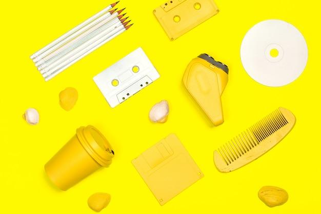 Creative flat poser fond jaune sensible