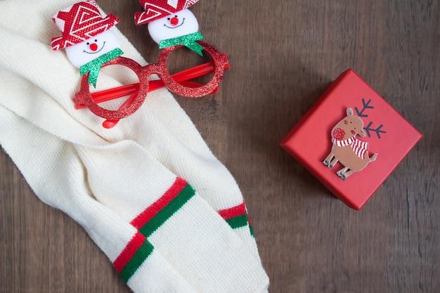 Creative lay lay du concept de noël avec des articles de mode et une boîte cadeau