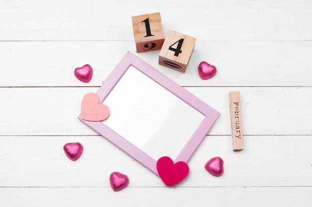 Creative valentine day composition romantique plat poser vue de dessus amour vacances célébration coeur rouge date du calendrier