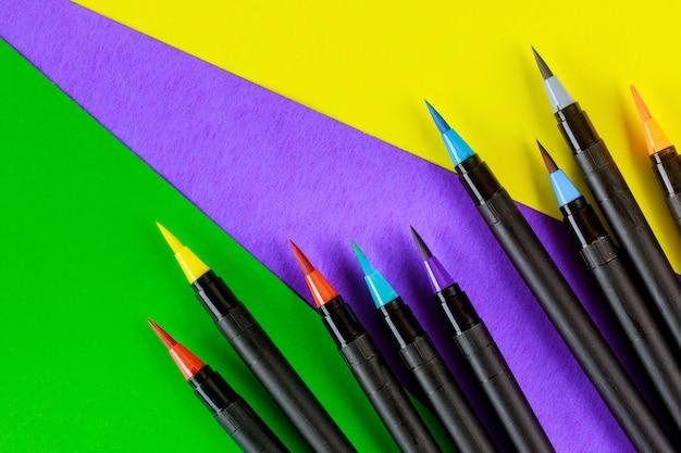La créativité et la calligraphie fournissent des stylos pinceaux aquarelle colorés