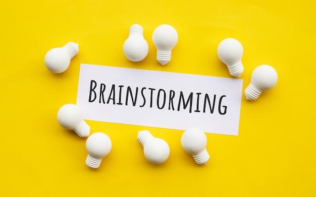 Créativité commerciale et concepts de brainstorming avec ampoule