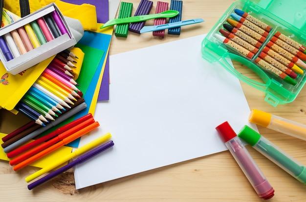 Créativité des enfants. cadre avec papeterie plat poser sur fond de bois