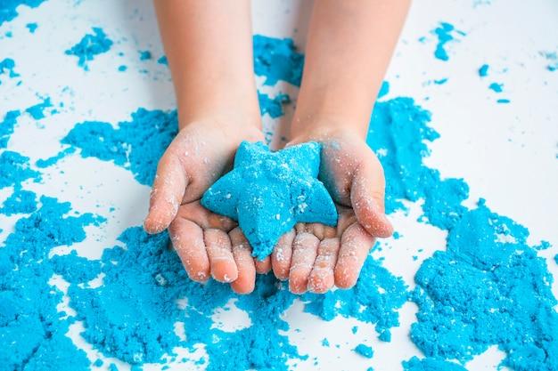 Créativité des enfants. jeux de sable cinétique pour le développement de l'enfant à la maison.