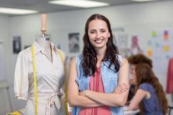Créatrice de mode confiante avec les bras croisés
