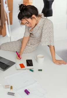 Créatrice de mode travaillant dans son atelier