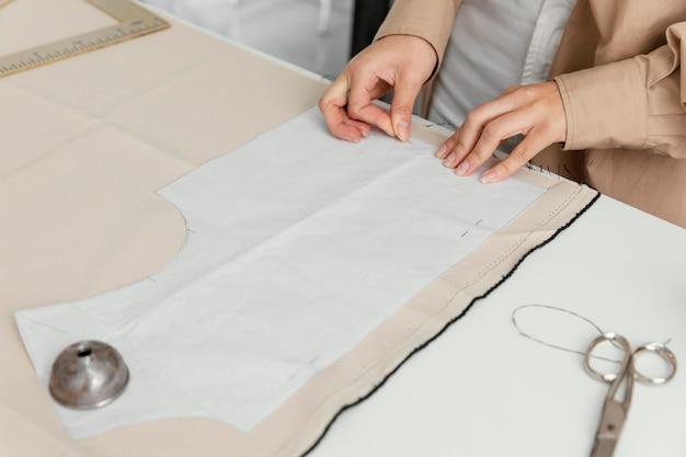 Créatrice de mode travaillant seule dans son atelier