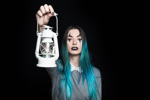 Creepy jeune femelle avec lanterne