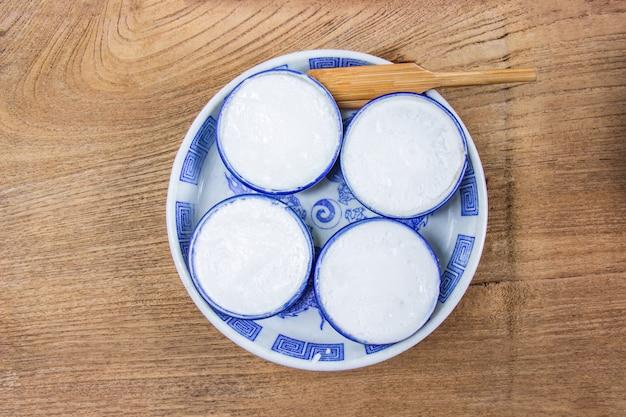 La crème anglaise au lait de coco est un dessert thaïlandais à base de farine de riz, de lait de coco et de sucre.