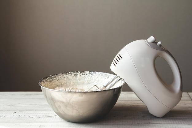 Crème au beurre blanc dans un bol en métal
