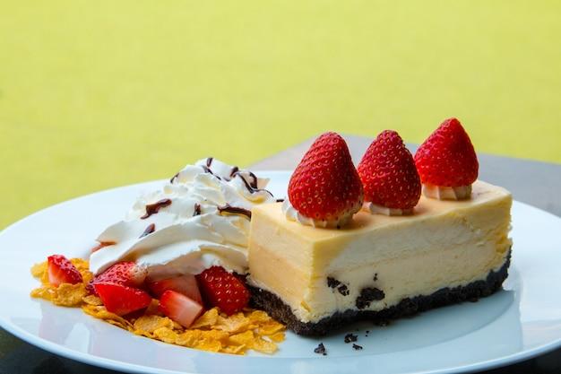 Crème au fromage aux fraises et pépites de chocolat.