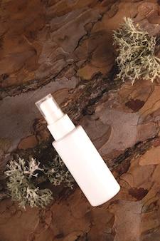 Crème en bouteille sur l'écorce d'un arbre